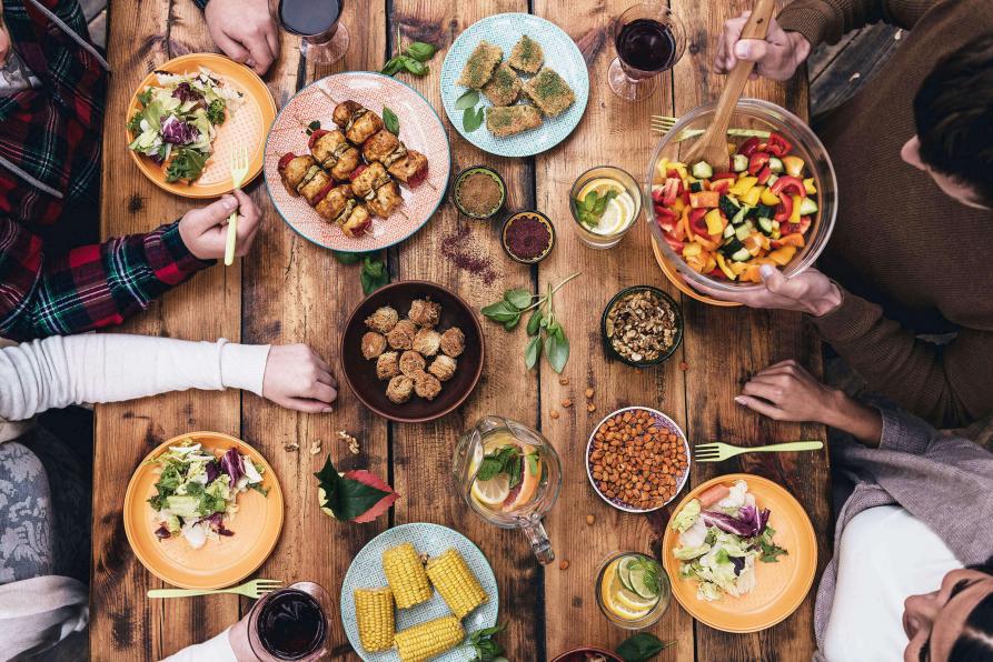 Tisch voller Speisen