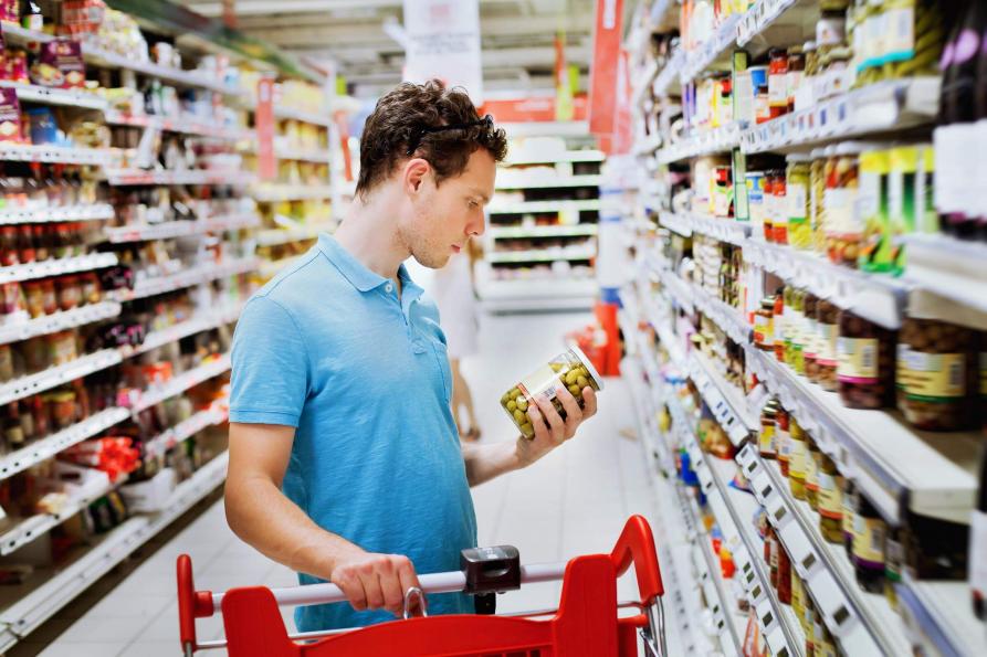 Mann mit Lebensmittel im Supermarkt