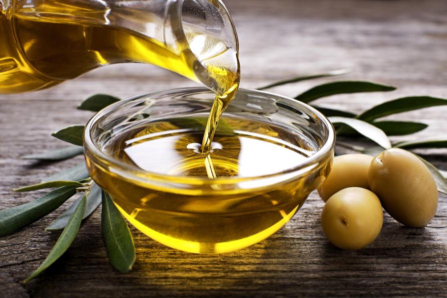 Schale mit Planzenöl auf Tisch